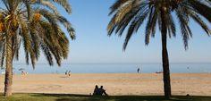Beleef Malaga en de stranden! - De #stranden van #Malaga zijn heerlijk. Na een kleine 10 minuten vanuit het centrum sta je al op het strand van La Malagueta. Een leuke aanrader is om Pedregalejo te bezoeken. Het oude vissersdorp is inmiddels een wijk van Málaga, maar nog steeds heeft het een dorps karakter. Veel laagbouw en gezellige bars en restaurants aan de boulevard. Probeer hier ook eens de typische espetos de sardinas. De gegrilde sardines zijn heerlijk!
