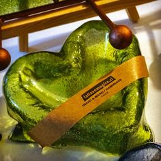 Amor primaveral en el verde que yo amo ❤️#vidrioreciclado #vitrofusion #concon #arteenvidrio #hechoamano Watermelon, Fruit, Amor, Glass Bottles, Glass Art, Atelier, Studio, Hand Made, Green