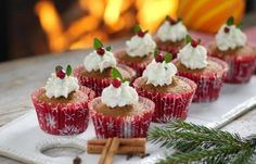 pepparkaksmuffins med ädelosttopping Baker Man, Silent Night, Mini Cupcakes, Muffins, Food And Drink, Sweets, Bread, Cookies, Holiday