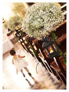 Decoración para tu ceremonia con ilusiones, flores que inmediatamente te transportan a una boda romántica Diseño Flores y Piedras www.floresypiedras.cl