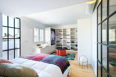 El antes y después de un chalet en Benicassim - Decorabien.com #dormitorio #vestidor #santaycole #cesta lampara #moderno #blanco #ventanales