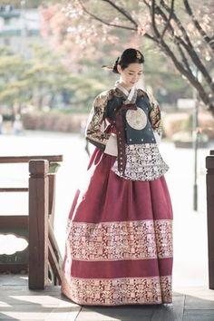 Korean Traditional Dress, Traditional Fashion, Traditional Dresses, Korean Fashion Trends, Asian Fashion, Korea Dress, Modern Hanbok, Beautiful Costumes, Korean Outfits
