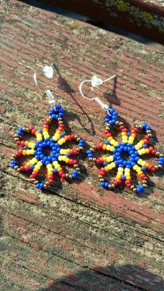 Huichol earrings Beaded Flowers Patterns, Beaded Earrings Patterns, Seed Bead Patterns, Jewelry Patterns, Beading Patterns, Seed Bead Jewelry, Seed Bead Earrings, Seed Beads, Beaded Jewelry