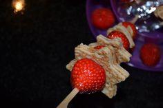 Een spiesje van aardbei en pannenkoek! Pannenkoekjes uitsteken, beetje jam er tussen en bestrooien met poedersuiker.