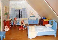 Vintage Caco dollhouse dolls play in the nursery (boy and girl dolls)