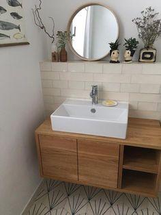 Tolles Badezimmer Mit Rundem Spiegel Und Aufsatzwaschbecken. Zementfliesen  An Der Wand Und Schlichte Deko!