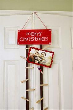 Uma plaquinha de madeira pintada de vermelho, fitas de feltro e pregadores de roupa. Pendure as fotos da família e imprima o verdadeiro sentido do Natal, que é estar em harmonia familiar.
