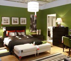 Un color verde selva para la pared principal, contrastando con el color negro dará fuerza a la habitación gracias a este contraste, que se ve aumentado con los toques de color blanco en la cama y muebles.