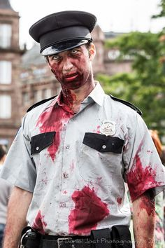 Le cosplayeur Zaiji-0Goh en Zombie policier de Resident Evil 2  Découvrez sa page => https://www.facebook.com/zaijigoh.corporation?ref_type=bookmark  Son Deviant Art => http://vector67.deviantart.com/  Photo: © Daniel Jost - 2014