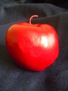 Vela em formato de maçã, produaida em cera a base de oleo vegetal, acondicionada em caixa de acetato transparente. <br> <br>Pode ser aromatizada com essencia de maçã.