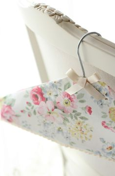 Sewing Vintage Cath Kidston DIY Fabric Covered Hanger - do you need some inspiration for sewing projects? This Sewing tutorials and inspiration pin is absolutely perfect to make for your Cath Kidston style Shabby Chic Home! Sewing Tutorials, Sewing Crafts, Sewing Projects, Diy Projects, Fabric Crafts, Sewing Ideas, Granny Chic, Fabric Covered Hangers, Hanger Crafts
