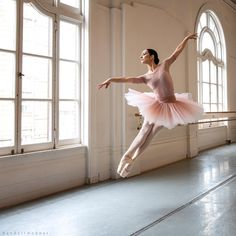 Awesome Portrait of Ballet Dancer by Randall Hobbet.    #Awesome #Portrait #BalletDancer #dance #RandallHobbet #ballet #performance Dance Photography Poses, Dance Poses, Ballerina Photography, Photography Portraits, Ballet Pictures, Dance Pictures, Belly Dancing Classes, Shooting Photo, Ballet Beautiful