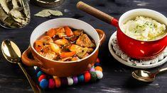 Ota rustiikkikuutiot huoneenlämpöön puoli tuntia ennen kokkausta. Kiehauta vesi ja sekoita joukkoon kanaliemikuutiot ja soija. Kuori porkkanat ja sipuli ja leikkaa ne reiluiksi lohkoiksi. Ruskista rustiikkikuutiot pannulla öljyssä. Laita rustiikkikuutiot, porkkanat, sipulit ja mausteet uunipataan. Lisää kanalientä niin, että raaka-aineet juuri ja juuri peittyvät, ja laita pata 150-asteiseen uuniin. Peitä pata kannella tai foliolla jossain vaiheessa paistoa, jottei kana-karjalanpaisti pääsee…