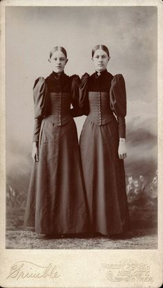 ▫Duets▫ sisters, twins & groups of two in art and photos - late Victorian girls Victorian Photos, Antique Photos, Vintage Pictures, Vintage Photographs, Vintage Images, Old Photos, Vintage Abbildungen, Vintage Twins, Photo Vintage