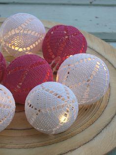 Best 12 Virkatut valopallot on kovettettu liima-vesiseoksella ilmapallon pääll Crochet Ball, Crochet Home, Thread Crochet, Crochet Motif, Knit Crochet, Crochet Christmas Ornaments, Christmas Diy, Christmas Decorations, Christmas Bells