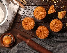 Chinese Cake, Cake Photography, Mooncake, Food Drawing, Asian Recipes, Food And Drink, Tasty, Cheese, Shapes