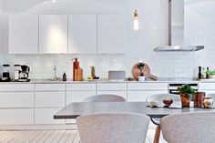 my scandinavian home: A breathtaking home in Gothenburg / Fliesen für Küche Ikea Kitchen, Kitchen Tiles, Kitchen Interior, Kitchen Dining, Kitchen Decor, Dining Table, Kitchen Cabinets, Big Kitchen, Kitchen White