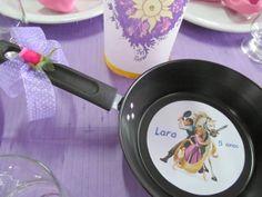 Frigideira+para+Centro+de+Mesa+da+Festa+Enrolados+-+Rapunzel,+decorado+com+laço+e+florzinha,+com+adesivo+glossy+brilhante+ou+adesivo+fosco.++Também+pode+ser+desenvolvido+como+convite. R$ 14,90