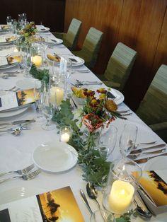 ゲストテーブル装花 ナイトウェディングにはキャンドルがオススメです #フラワーコーディネート #ゲストテーブル #ナイトウェディング #秋 #キャンドル #オレンジ #グリーン #autumn #wedding #tableflower #candle