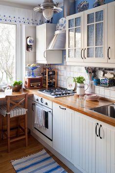 Mariaż tradycji z nowoczesnością przyniósł w tej kuchni pozytywne rezultaty. Biało - niebieska tonacja pojawia się na naczyniach, dywaniku, płytkach. Świeże zioła podkreślają wiejski charakter stylizacji. W takiej kuchni można poczuć się swodobnie, ze względu na jej przytulność i tradycyjne formy.