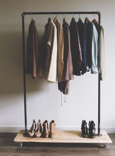 Hanging Clothes Rack - DIY Hanging Copper Pipe Clothing Rack Ideas - Diy and crafts interests Hanging Clothes Racks, Diy Clothes Rack, Diy Clothes Refashion, Clothes Drying Racks, Hanging Racks, Diy Hanging, Clothing Racks, Clothes Storage, Clothes Rail