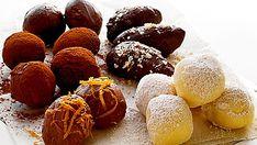 Suklaatryffeleitä varten valmistat niin kutsutun ganachen, suklaatryffelitaikinan. Sillä voidaan täyttää konvehteja, mutta massaa voi myös pyöritellä tomusokerissa tai kaakaojauheessa tryffeleiksi tai ganacheiksi. Jos haluat valkoisia tryffeleitä, käytä valkosuklaata.