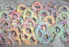 Chocolate covered Easter pretzels - dye white chocolate/ candy melts with a few drops of food colouring to have a neat pastell effect! Easter Candy, Hoppy Easter, Easter Treats, Easter Eggs, Easter Food, Easter Decor, Easter Snacks, Bar A Bonbon, Easter 2014
