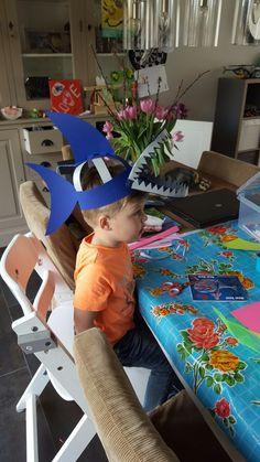 haaien kroon Summer Crafts, Holiday Crafts, Diy And Crafts, Crafts For Kids, Crazy Hat Day, Crazy Hats, Carnival Crafts, Dinosaur Hat, Pre K Graduation