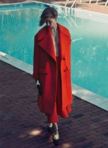 Модное красное пальто с большими карманами