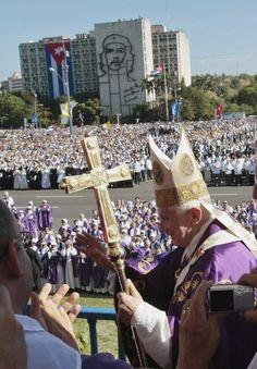 El Papa Benedicto XVI es visto en el púlpito instalado en la plaza de la Revolución, en La Habana, donde celebra una misa, en el marco del último día de su visita oficial, este 28 de marzo. AP Photo/Gregorio Borgia