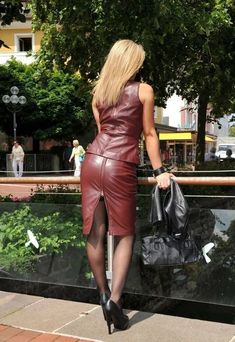 Leder The German word Leder means and corresponds to English word leather. Crazy Outfits, Sexy Outfits, Elegantes Outfit Frau, Look Fashion, Womens Fashion, Leather Dresses, Leather Skirts, Sexy Skirt, Latex Fashion
