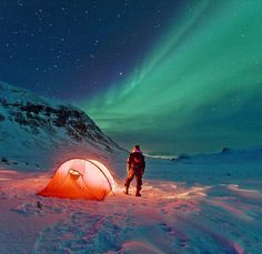 Camping under the Aurora Borealis in Abisko, Sweden / photographer Peter Rosn