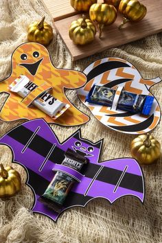Surprise your trick-or-treaters with these printable candy holders for Halloween. These are free and such an easy craft that even a kid can do it. Great for Halloween party favors too! Dulceros Halloween, Halloween Candy Bar, Halloween Cards, Holidays Halloween, Halloween Treats, Halloween Printable, Halloween Gift Baskets, Halloween Activities, Holiday Crafts