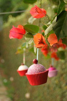 Cupcake para árvore de Natal  http://www.casacomretalhos.com/2011/11/bola-cup-cake-tutorial.html