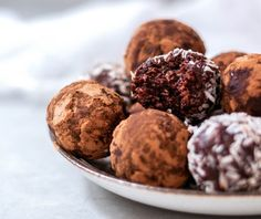 These tiger nut bites are delicious, chocolaty, creamy, and filling. I think that's the best part – you cannot eat too many, because they are so filling your belly will tell you to stop. Aren't this kind of desserts the best? Power Balls, Nut Recipes, Kinds Of Desserts, Nut Free, Goodies, Gluten, Favorite Recipes, Eat, Chocolate