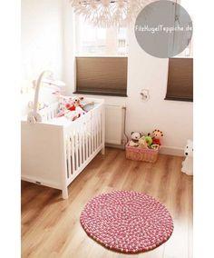 Wir lieben die Leuchtkraft dieses Teppichs. Wo sitzt man sonst lieber nach einem anstrengenden Tag? Er wird Ihnen garantiert auch gefallen! Nina Teppich bestellen: http://www.sukhi.de/rund-nina-filzkugelteppiche.html
