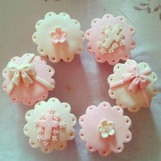 You can also use the pearls for decorating your cupcakes. Take pearl cupcakes decoration idea from here and design your beautiful cupcake with all love. Christening Cupcakes Girl, Baptism Cookies, Baby Girl Baptism, Girl Cupcakes, Baby Christening, Comunion Cakes, Cupcakes Bonitos, Confirmation Cakes, Beautiful Cupcakes