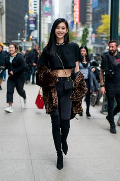 Ming Xi- ellemag Source by Masteralyx fashion Asian Street Style, Model Street Style, Korean Street Fashion, Cool Street Fashion, Street Style Women, Street Styles, Edgy Outfits, Korean Outfits, Pretty Outfits