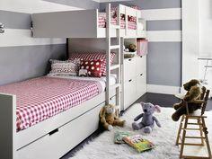 Quarto infantil com beliches sobrepostas, paredes cinza e roupa de cama xadrez vermelho. Piso quase preto e tapete branco. 5 Dicas de Decoração para o quarto das crianças.