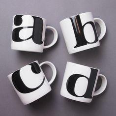 """Un ensemble de tasse alphabet, on aime! Astuce: Prenez soin de choisir une calligraphie qui a du """"punch"""" et qui vous plaît!"""