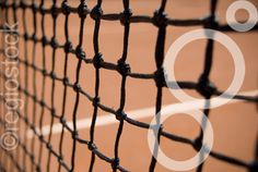 foto van een tennisnet en gravel
