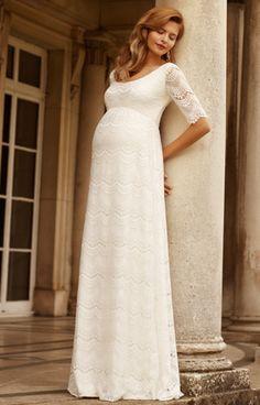 Unser bodenlanges Umstandsbrautkleid Verona in Elfenbein ist ein besonders romantisches und sinnliches Modell.