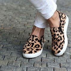 O sapato slip on é ideal para looks casuais. A estampa animal print da outra cara para a peça