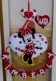 Fiocco nascita a cuore di Minnie Mouse Crafts, Felt Crafts, Diy And Crafts, Disney Diy, Disney Crafts, Moldes Para Baby Shower, Making Fabric Flowers, Felt Banner, Felt Wreath