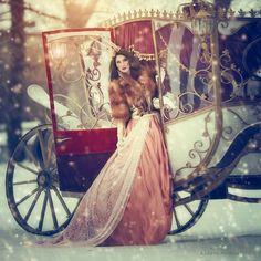 Фото Девушка в розовом платье и в шубе стоит рядом с белой каретой, идет снег, фотограф Маргарита Карева / Margarita Kareva