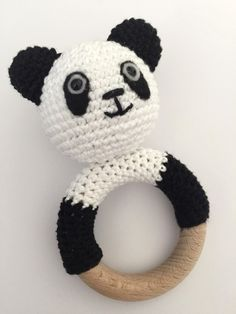 Rammelaar Panda Crochet Hats For Boys, Crochet Baby Toys, Crochet Amigurumi, Amigurumi Patterns, Crochet Dolls, Baby Knitting, Crochet Patterns, Panda Baby Showers, Handgemachtes Baby