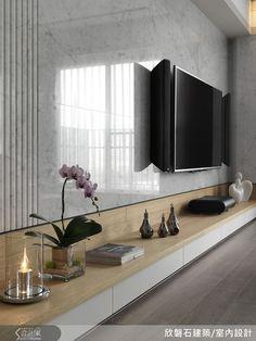 電視牆僅以天然大理石來展現材質之美,底櫃的原木色檯面可自由陳列各種擺飾,底部的白色處是抽屜頭。