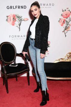 Olivia Culpo e o look usado durante a Paris Fashion Week tem todos os ingredientes da temporada. Calça cropped, botinha de vinil e ainda um casaquinho esperto