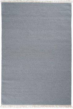 Dywan Rainbow Teal to dywan z kolekcji Essentials 2014 duńskiej marki Linie Design. Dywan Rainbow w kolorze szarym z niebiesko-zielonym odcieniem to nowy kolor popularnego i uwielbianego dywanu Rainbow. Dywan charakteryzuje się prostym jednobarwnym wzorem, wykończony na dwóch brzegach delikatnymi frędzlami w kolorze ecru. Dywany tkany jest ręcznie na płasko przez doświdczonych tkaczy. Wykonany z najwyższą starannością i dbałością o detale. Dywany Rainbow doskonale pasują do wnętrz…