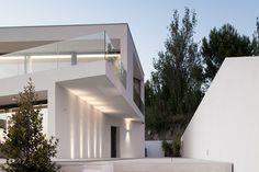 Residência particular Oeiras, Portugal projeto de arquitetura JPS Atelier, fotografia João Morgado. #iluminacao #lightdesign #lightingdesign #arquitetura #arquiteturaportuguesa #projetoluminotecnico